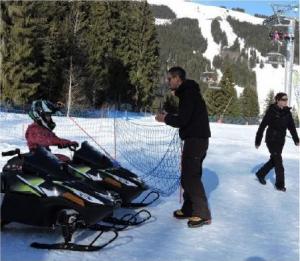 Jérémy Cousseau, co-gérant du Mountain E-Park, briefe une fillette