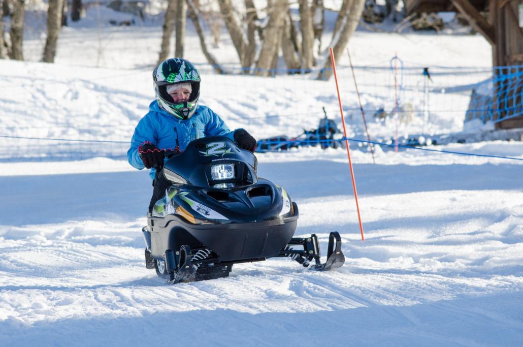Sur un terrain balisé et sécurisé, Mountain E-Park propose des cours et des initiations de motoneiges comme ici aux Gets