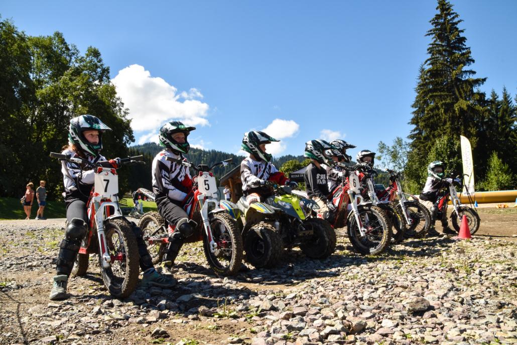 Les pilotes sont prêts à s'élancer chacun sur une moto !